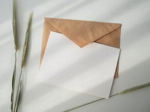 Kirje pöydällä